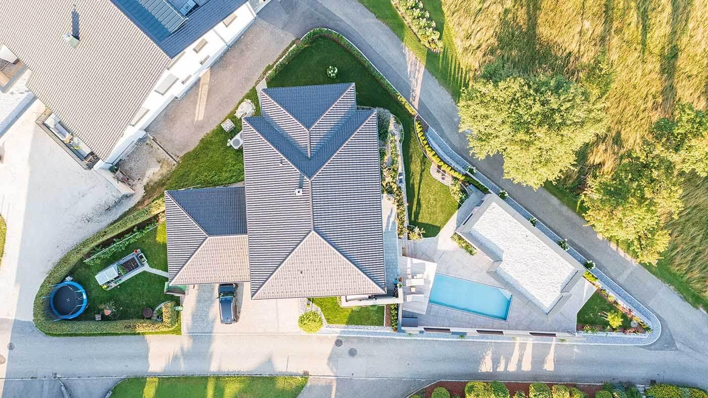 Poolhaus aus der Luft mit Drohne
